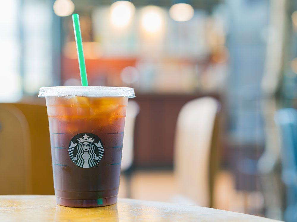 Starbucks a été poursuivi pour mettre trop de glaces dans les boissons.