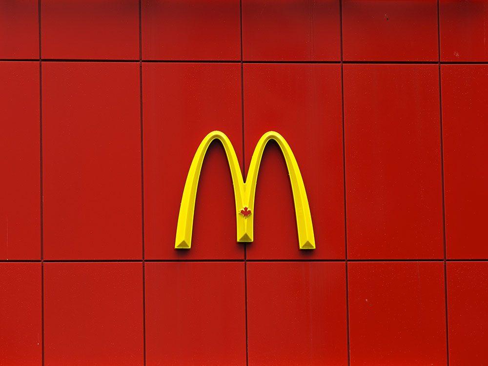 McDonald's a été poursuivi pour des publicités pour les Joyeux festins étaient délibérément placées à la hauteur des yeux des enfants.