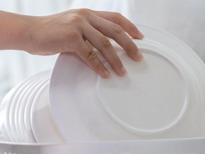 Les experts en rangement ne laissent pas la vaisselle sale s'empiler.