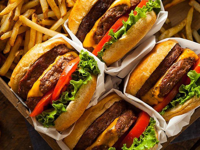 Dans la plupart des établissements de restauration rapide, c'est difficile de servir gratuitement de la nourriture.