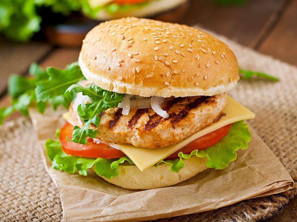 Cette poitrine de poulet aurait pu être un bon choix santé, mais pa sen restauration rapide.