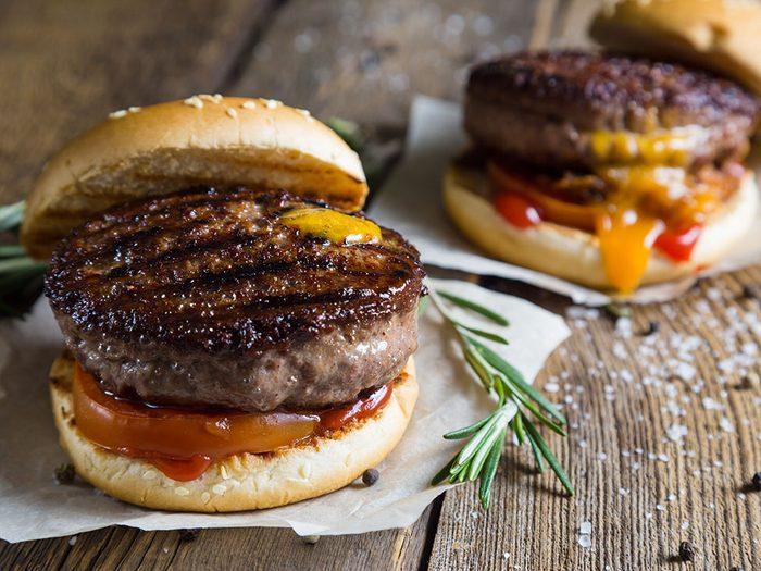 En restauration rapide, les marques de gril sur votre hamburger ne sont pas réelles.