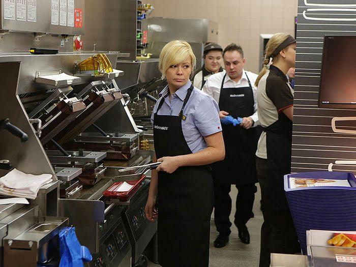 En restauration rapide, la plupart des employés gagnent à peine plus que le salaire minimum.