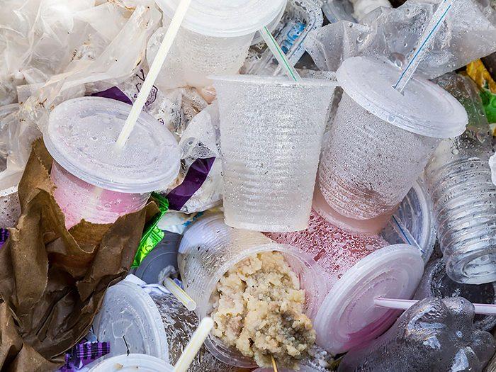 En restauration rapide, une grade quantité de nourriture est jetée.