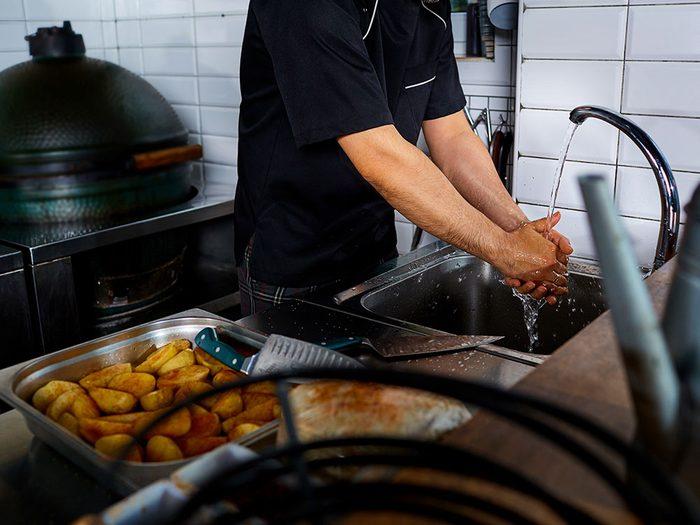 En restauration rapide, la plupart des employés ne se lavent pas les mains aussi souvent que nécessaire.
