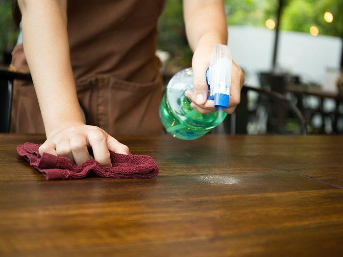 La plupart des restaurants rapides lavent tout avec des produits chimiques super-concentrés.
