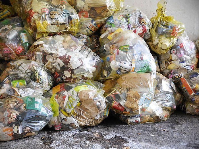 Jetez un coup d'œil autour du restaurant pour voir la quantité d'ordures près du stationnement du restaurant rapide pour vous donner une idée de l'hygiène globale.