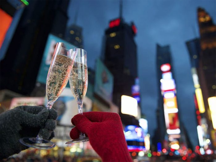 Temps des fêtes: les fêtards de Times Square portent souvent des couches.