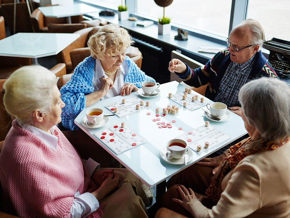 Il est important de cultiver ses relations quand on veut vieillir chez soi.