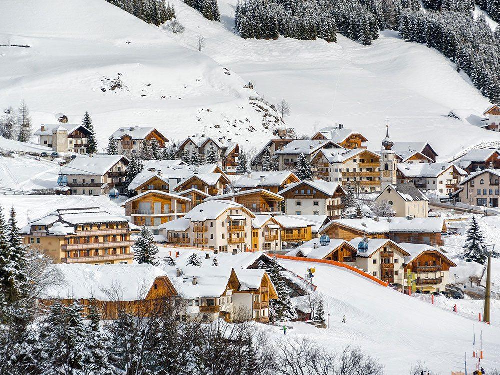 Canazei en Italie est l'une des 13 villes dans le monde qui sont magnifiques sous la neige.