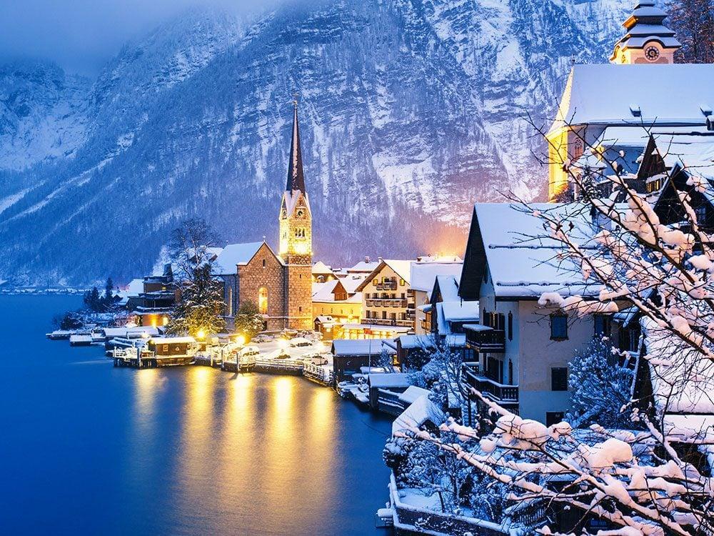 Hallstatt en Autriche est l'une des 13 villes dans le monde qui sont magnifiques sous la neige.