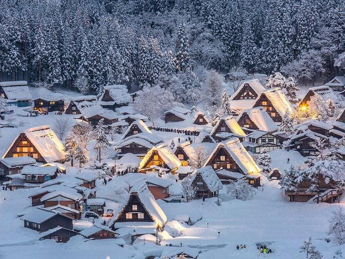 Shirakawa-go et Gokayama au Japon font partie des 13 villes dans le monde qui sont magnifiques sous la neige.
