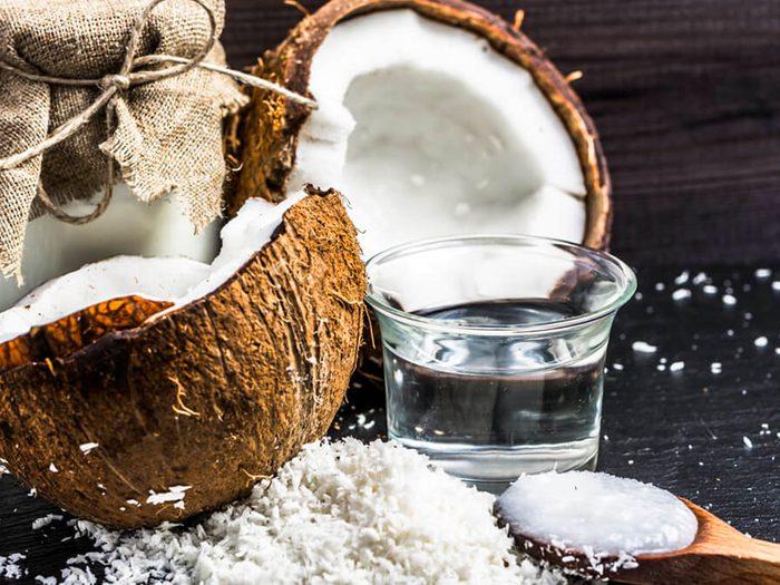L'huile de noix de coco est un remède contre la gingivite.