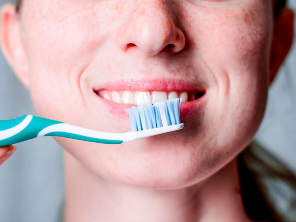 Le brossage quotidien aide à prévenir la gingivite.