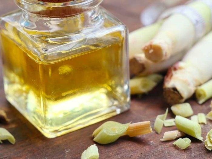 L'huile de citronnelle est un remède contre la gingivite.