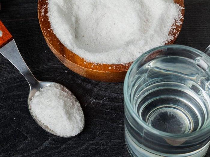 L'eau salée est un remède contre la gingivite.