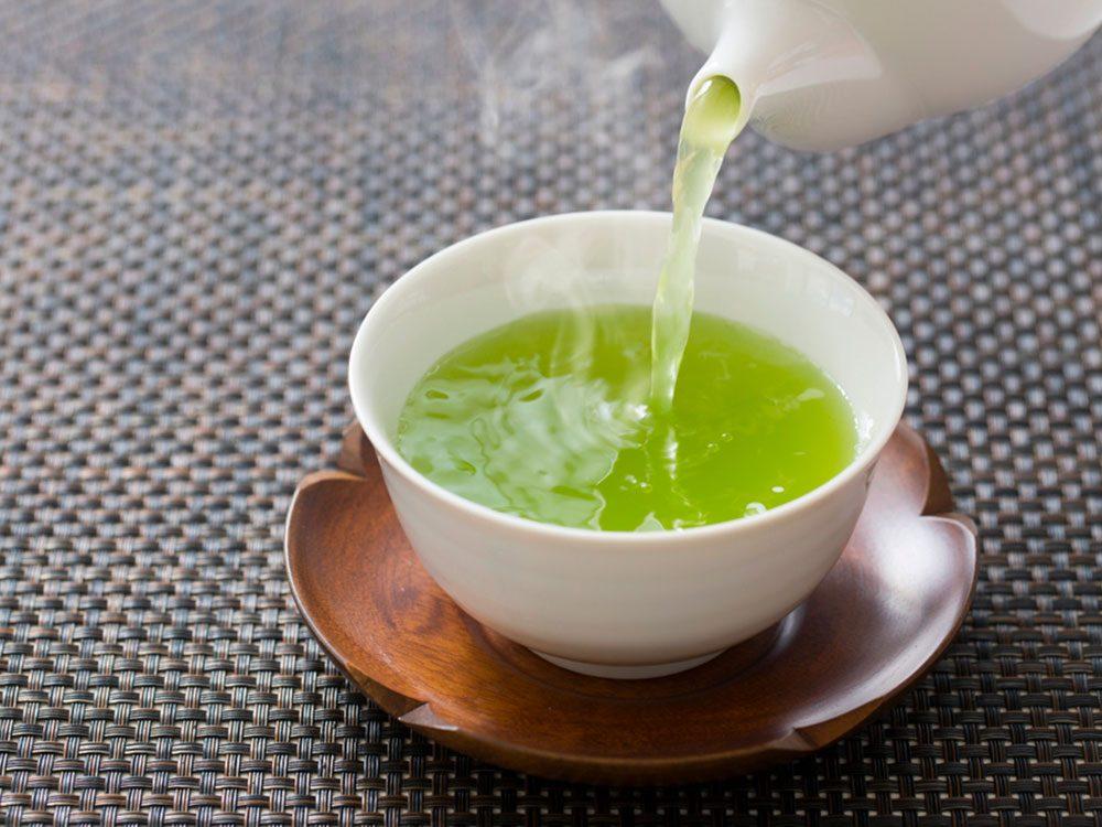Le thé vert est un remède contre la gingivite.