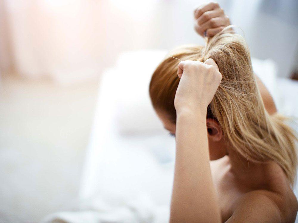 Vous relevez toujours vos cheveux, ce qui les rend fourchus.