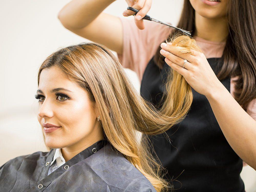 Vous ne vous coupez pas régulièrement les cheveux alors ils sont fourchus.