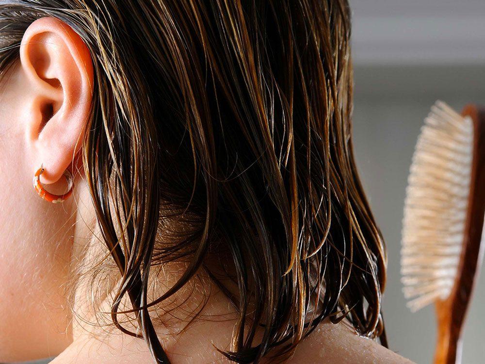 Vous brossez vos cheveux encore humides, ce qui les rend fourchus.