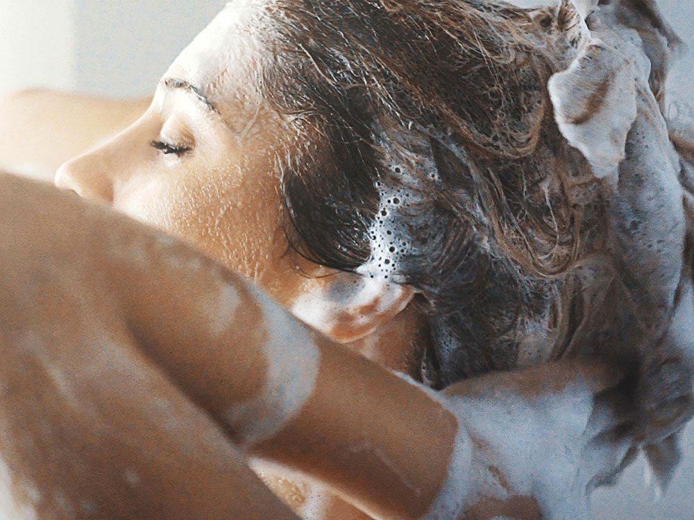 Vous rincez vos cheveux avec les mains peut les mêler et les rendre fourchus.