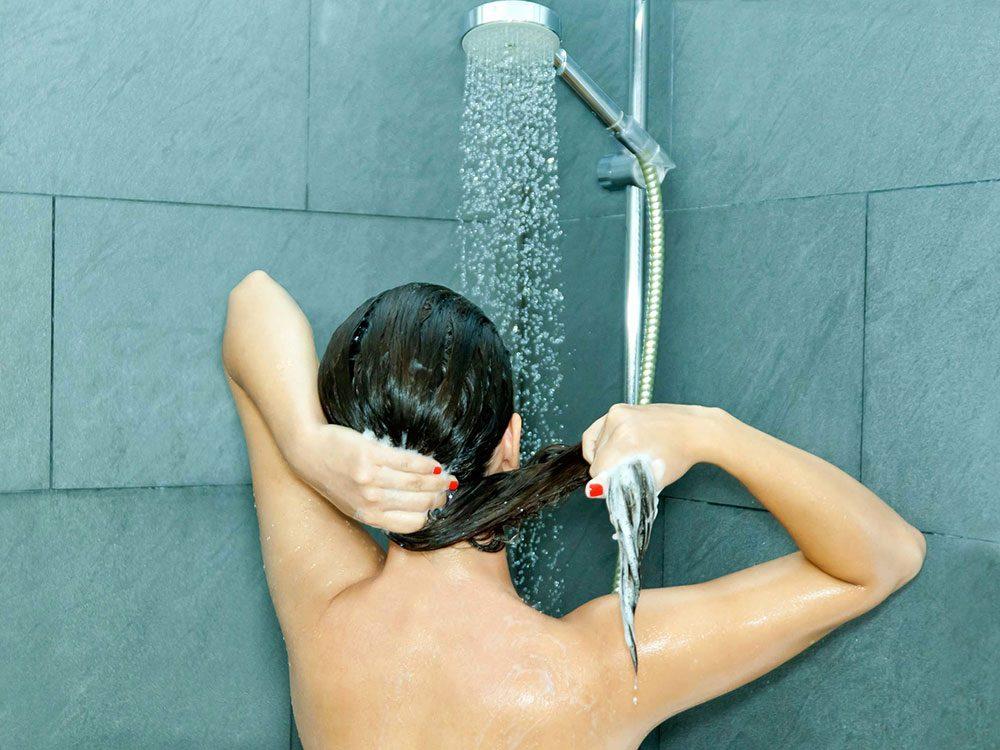 Vous vous lavez les cheveux tous les jours, ce qui les rend fourchus.
