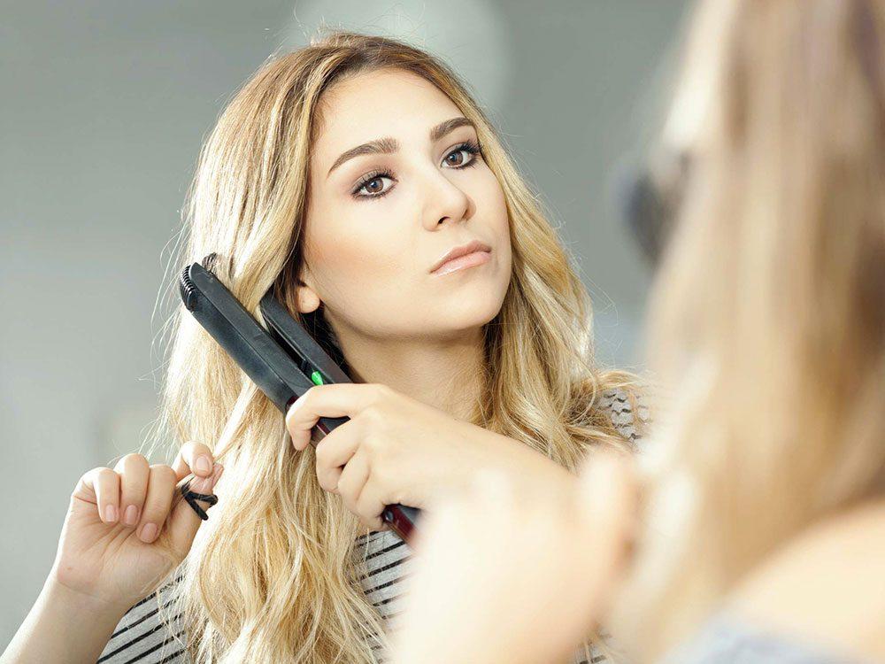 Vous utilisez votre fer plat à la hâte alors vos cheveux deviennent facilement fourchus.