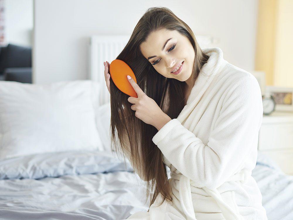 Vous peignez vos cheveux à partir du sommet de la tête, ce qui les rend fourchus.