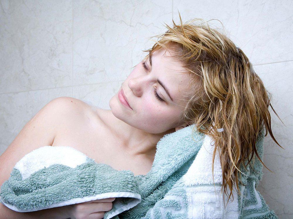Vous frottez vos cheveux humides à la serviette, ce qui les rend fourchus.