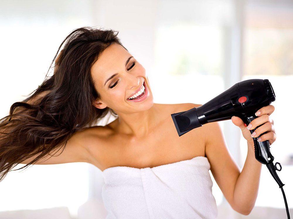 Vous n'utilisez pas les accessoires de votre sèche-cheveux, ce qui rend vos cheveux fourchus.