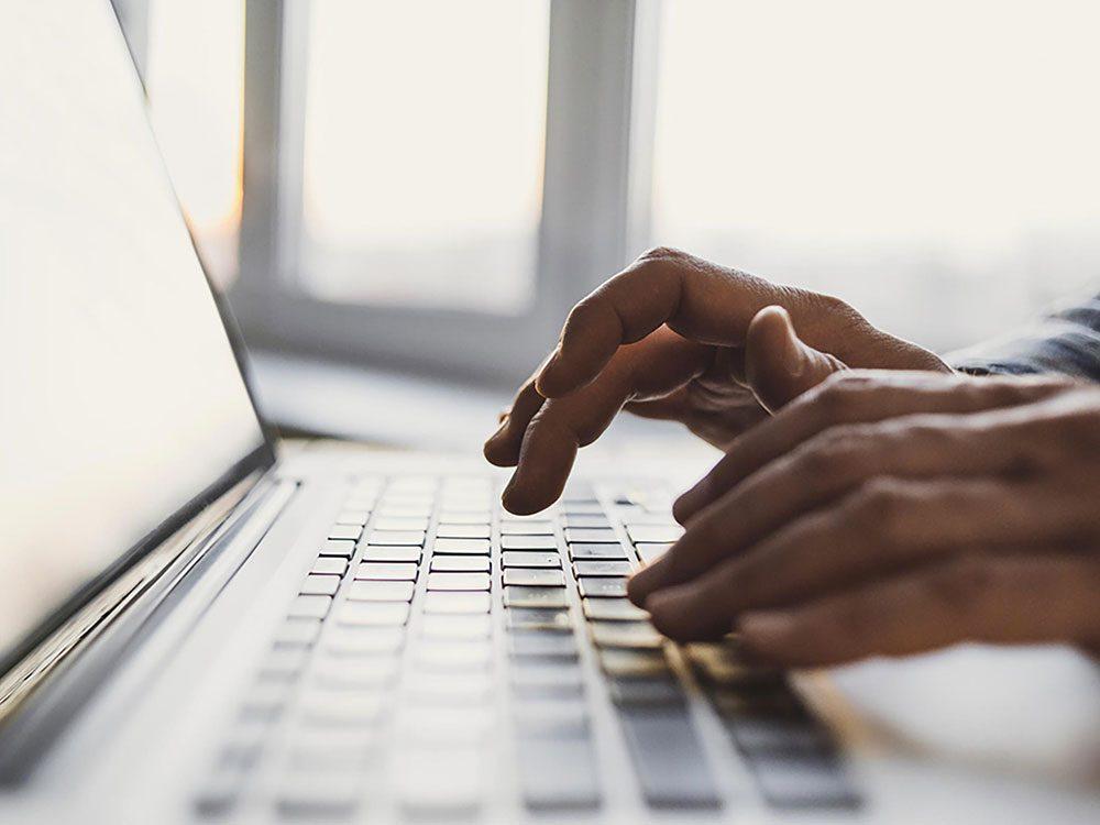 Les publicités de rappel et fenêtres intempestives sont utilisées par les commerces en ligne.