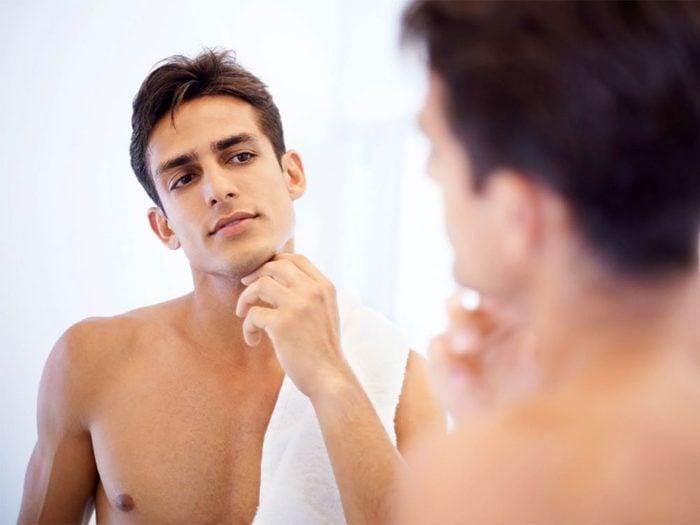 Après la douche quotidienne, vous sécher avec une serviette abîme aussi votre peau.