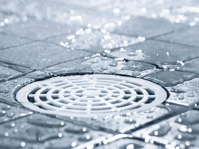 Vous allez épargner beaucoup d'eau chaude en prenant votre douche moins souvent.