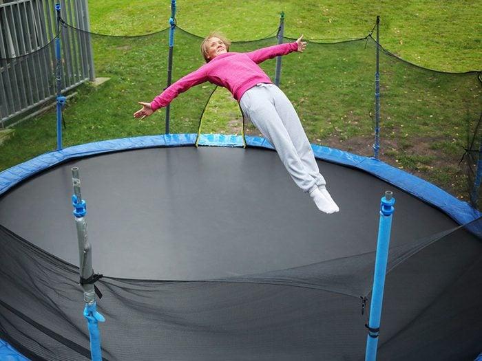 Faites du trampoline pour retrouver de l'énergie.