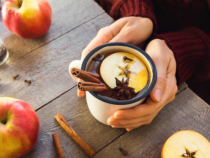 Sirotez du thé à la cannelle pour retrouver de l'énergie.