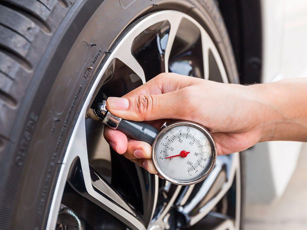 Entretien automobile: évitez de laisser la pression des pneus descendre trop bas.