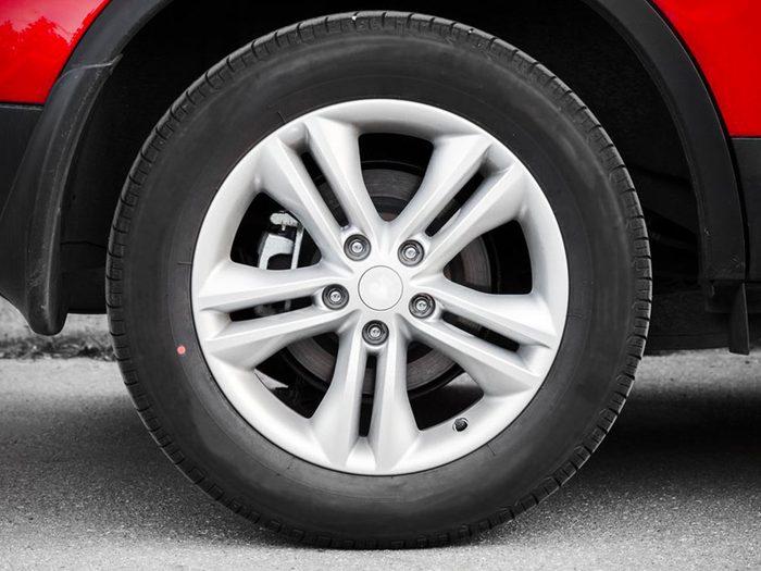 Entretien automobile: mieux vaut éviter de chausser la voiture de pneus dépareillés.