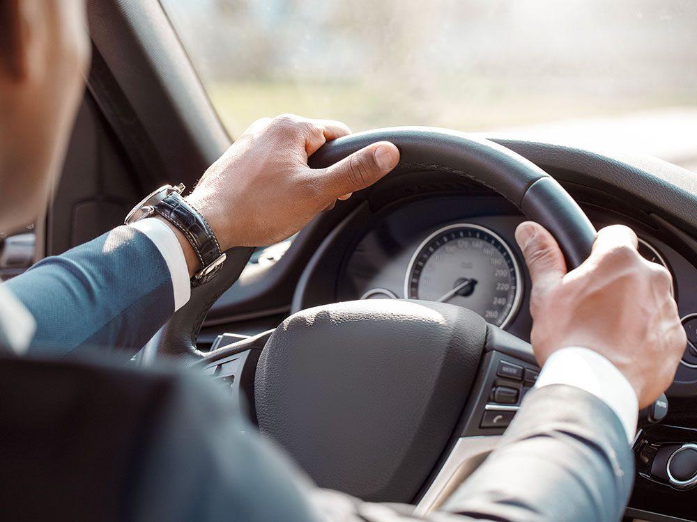 Entretien automobile: évitez de freiner et démarrer brusquement.