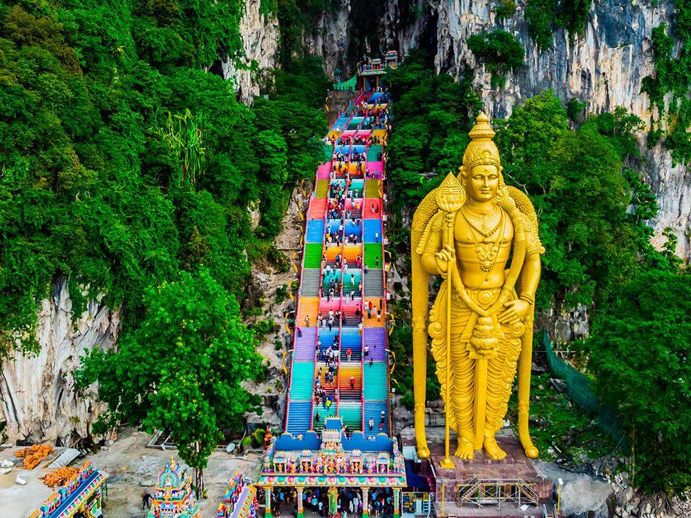 Les marches des grottes de Batu font partie des escaliers les plus vertigineux au monde.