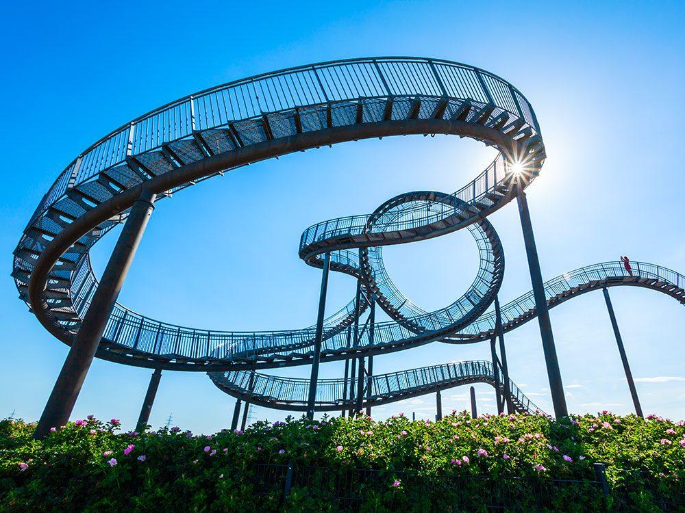 Tiger & Turtle - Magic Mountain en Allemagne, est un ensemble d'escaliers vertigineux formant des montagnes russes.