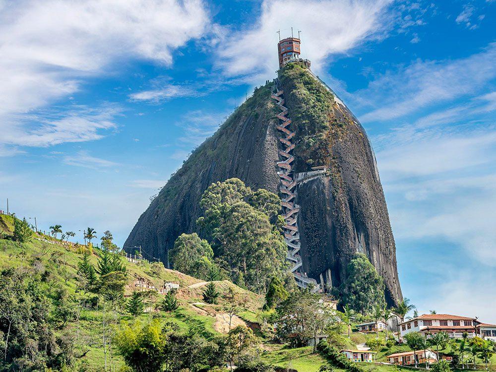 Du haut de ses 70millions d'années, un rocher, La Piedra est l'un des escaliers les plus vertigineux au monde.