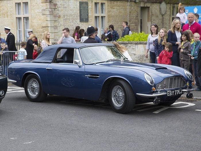 Faits incroyables: l'automobile du Prince Charles roule au vin.