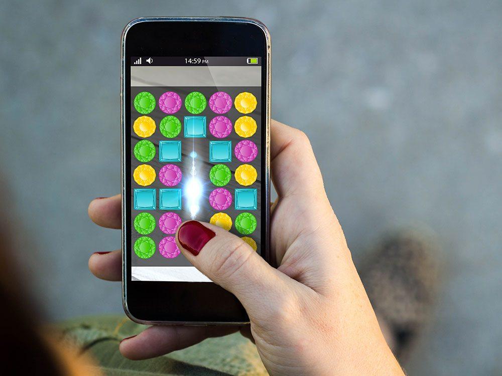 Les jeux sur téléphone pour se remettre du travail.