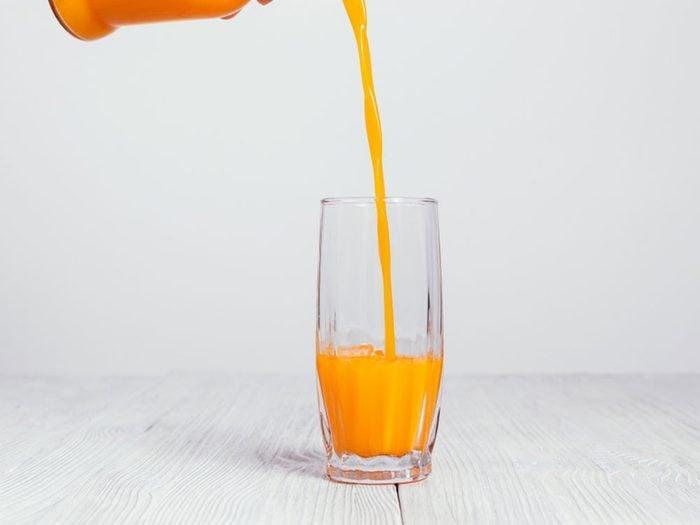 Il faut rester hydraté en buvant de l'eau quand vous avez la grippe.