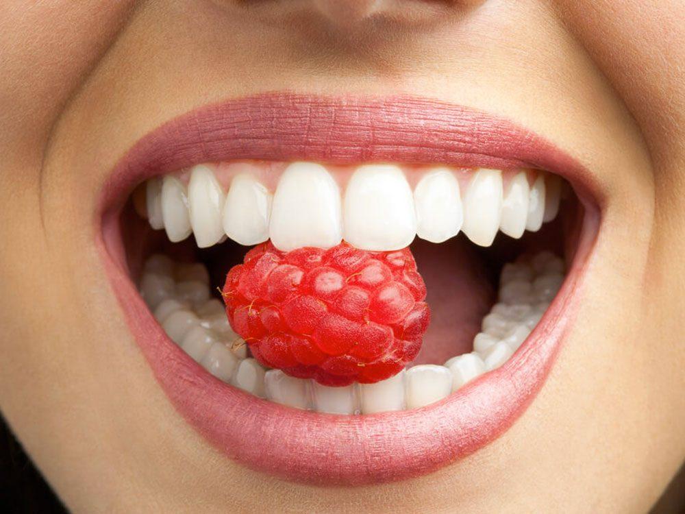 L'orthodontiste évitera de vous dire qu'il sait quand vous mangez ou buvez avec votre gouttière dans la bouche.