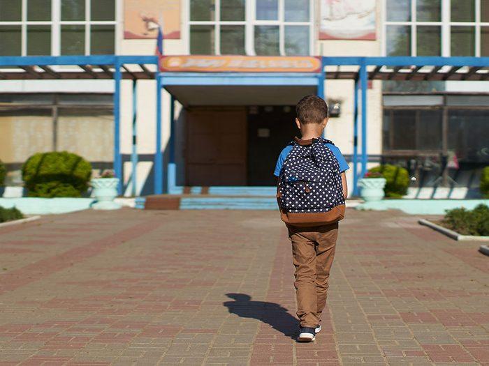Le paradoxe d'être expulsé de son école.