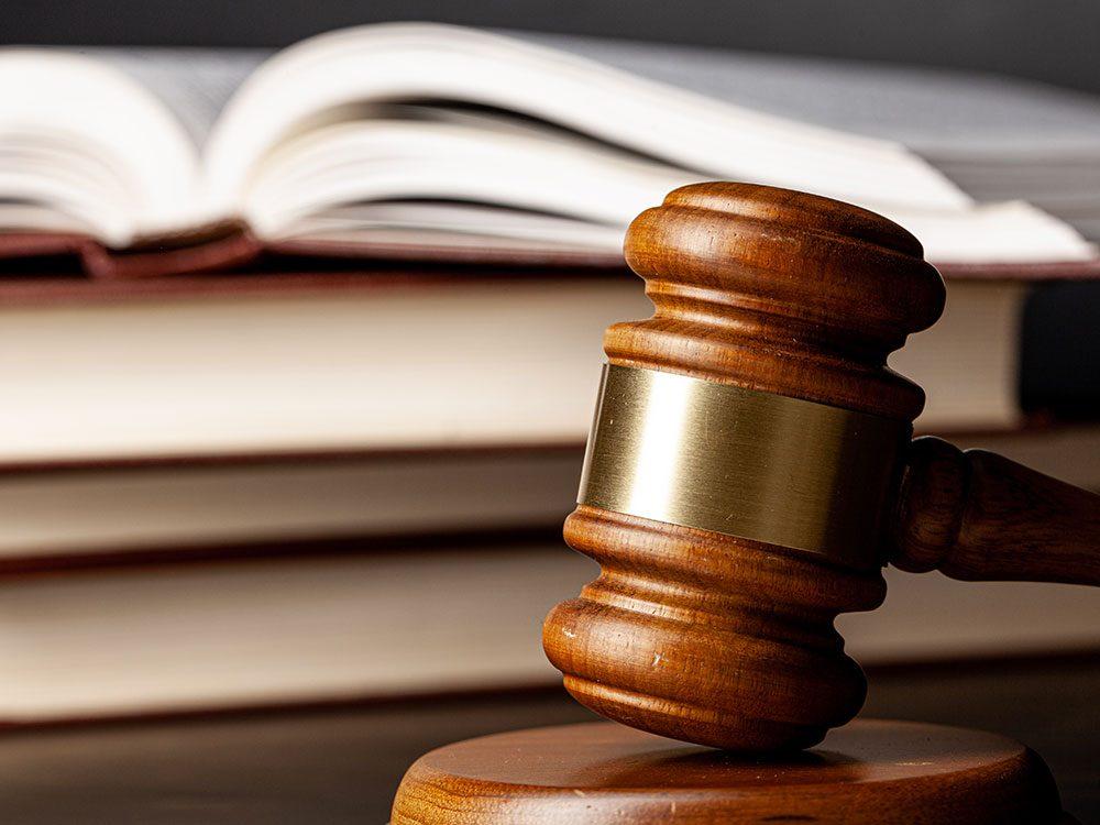 Le paradoxe des poursuites juridiques.