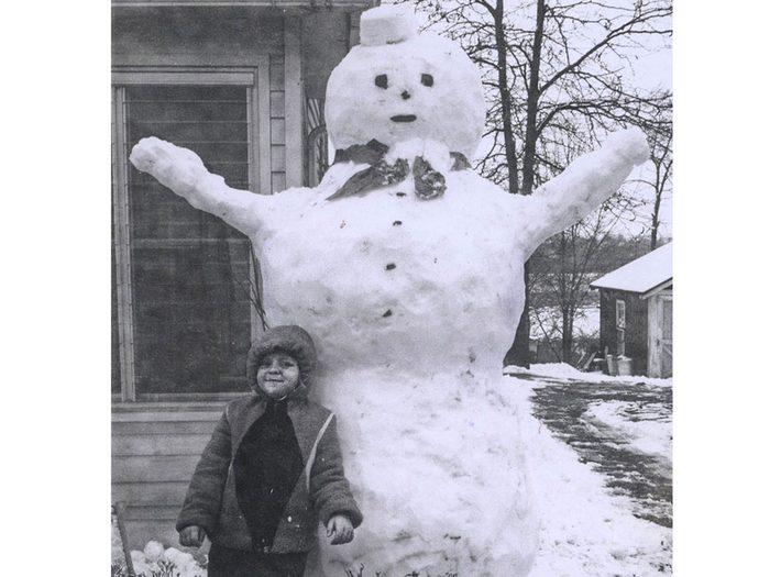 Une photo historique d'un bonhomme de neige géant.