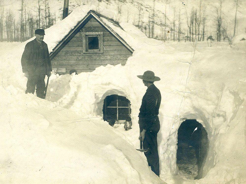 Une photo historique d'une maison bien ensevelie par la neige en 1903.