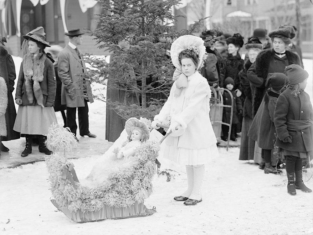Une photo historique de la gagnante du premier prix lors d'un carnaval d'hiver en 1909 à Upper Saranac.